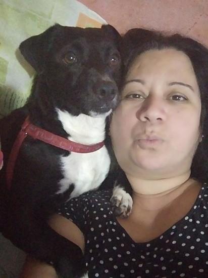 O cachorro Mário com a sua tutora Elaine Aquino.