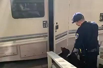 O policial fez uma surpresa para Gary.
