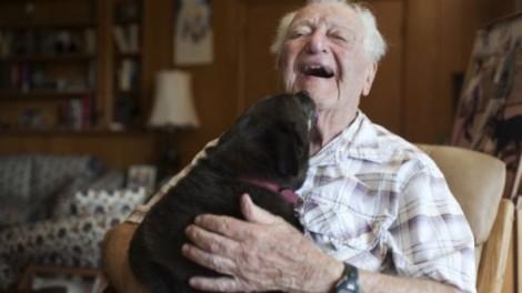 Vida de senhor de 104 anos de idade é transformada após adoção de cachorro idoso