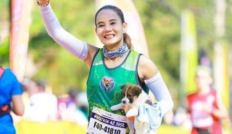 Atleta salva filhote durante maratona e segura-o até a chegada