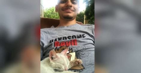 Jovem tira uma soneca no jardim de casa e acorda com um gatinho no seu colo