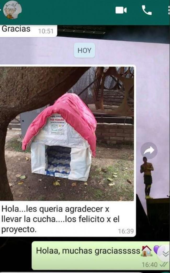 Pessoas da comunidade agradecendo as casinhas